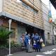 女性の遺体が見つかったホテルに入る警視庁の捜査員ら=13日午前、東京・池袋