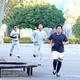 球場の外周を走る(右から)戸根、太田ら巨人投手陣(カメラ・越川 亘)