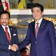 会談前に握手を交わす安倍晋三首相とブルネイのボルキア国王=23日午前8時45分、東京・元赤坂の迎賓館(代表撮影)