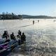 スウェーデンの凍った湖の上でピクニックやスケートをする人々(2021年1月16日撮影、資料写真)。(c)Adam IHSE / TT NEWS AGENCY / AFP