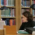 研究する女性