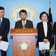 文大統領と与野党代表の合意内容を発表する各党の首席報道官=28日、ソウル(聯合ニュース)