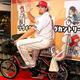 引退セレモニー当日、チャリティーオークションに出品された自転車に乗ったエルドレッド氏