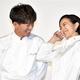 12年ぶりの共演となる木村(左)と鈴木は息ぴったりで、笑みがはじけた=東京・西新宿(撮影・今野顕)