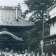 鑁阿寺前の大門通を散策される高校時代の天皇陛下(足利市提供)