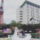 白鳥の巨大浮き輪に乗る古市憲寿(画像は『古市憲寿 2019年8月30日付Instagram「プール来た! #東京プリンスホテル」』のスクリーンショット)