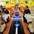 写真は、配膳をし終えた配膳専門のロボット