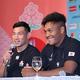 松島(右)は、中村に「3トライ取る」と宣言していたことを明かされ、苦笑い(撮影・中井誠)