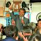 1999年4月の大阪市議選で、3期目当選が決まり喜ぶ船場さん。新喜劇の人気者が、市議会にも旋風を起こした