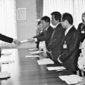 (写真)川口広島労働局長(左)に申し入れ書を渡す(右手前から