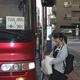 運行が始まったスクールバスに乗り込む高校生=23日、福島市の福島駅(芹沢伸生撮影)