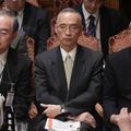 参院予算委員会に臨む(左から)財務省の茶谷栄治大臣官房長、太