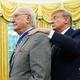米ホワイトハウスでドナルド・トランプ大統領(右)から大統領自由勲章を授与されるボブ・クージー氏(2019年8月22日撮影)。(c)MANDEL NGAN / AFP