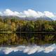 知床連山とたなびく雲を映し込んだ湖