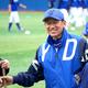 全体練習に参加し、笑顔を見せるDeNA・三浦大輔監督