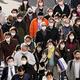 街を行き交うマスク姿の人たち(東京都新宿区=2021年1月25日)