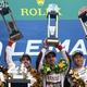 第87回ルマン24時間耐久レース。表彰式で優勝を喜ぶ(左から)トヨタ・ガズーレーシングの友山茂樹カンパニープレジデント、8号車のフェルナンド・アロンソ、セバスチャン・ブエミ、中嶋一貴(2019年6月16日撮影)。(c)JEAN-FRANCOIS MONIER / AFP