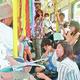 (写真)体験を語る金子さん(左端)と参加者たち=15日、札幌市
