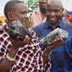 タンザニアの鉱山労働者がタンザナイトの原石2つ発見 一夜で億万長者に