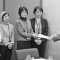 (写真)厚労省の担当者に要請書を手渡す岡田市議(左から3人目