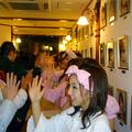 ファンとハイタッチするAKB48メンバー