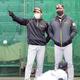 井上ヘッドコーチ(右)と練習を見守る矢野監督