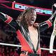 フィン・ベイラー(下)を破りWWEインターコンチネンタル王座を戴冠した中邑真輔(C)2019 WWE, Inc. All Rights Reserved.