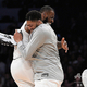 NBAオールスター2019。チームレブロンの勝利を喜ぶアンソニー・デイビス(右)とレブロン・ジェームズ(2019年2月18日撮影、資料写真)。(c)Kevork Djansezian/Getty Images/AFP
