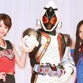 左から:風城美羽(かざしろ みう)役の坂田梨香子、仮面ライダ