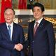 握手を交わす安倍晋三首相と中国の王岐山国家副主席=23日午前11時11分、東京・元赤坂の迎賓館(代表撮影)