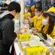 年末ジャンボ宝くじを買い求める人たち=2020年11月24日午前8時2分、大阪市北区、井手さゆり撮影