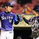 <楽・西4>楽天と引き分けてグータッチをかわす増田(左)と捕手・森