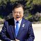 英国のジョンソン首相(左)から歓迎を受ける韓国の文在寅大統領(12日)=ロイター