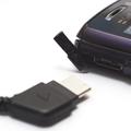 充電端子カバーをあけてACアダプターを接続する。ACアダプターの