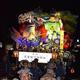 奉祝の盛岡山車が練り歩き、祝賀ムードを盛り上げた=22日、盛岡市
