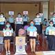 支援キットを受け取ったカンボジアの大学生が、感謝のメッセージを掲げている(KOICA提供)=(聯合ニュース)≪転載・転用禁止≫