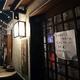 多くの店が休業する中でも店先の明かりがともる中野レンガ坂商店会=東京都中野区で2021年6月16日午後8時31分、宮間俊樹撮影