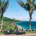レンタルバイクでスンギギを周る私と友人。ロンボク島はインドネ