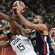 FIBAバスケットボール・ワールドカップ、決勝トーナメント準々決勝、米国対フランス。マッチアップする米国のケンバ・ウォーカー(左)とフランスのルディ・ゴベール(2019年9月11日撮影)。(c)Ye Aung Thu / AFP