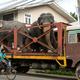 スリランカ・コロンボで、トラックで運ばれる2頭のゾウ(2019年9月29日撮影)。(c)LAKRUWAN WANNIARACHCHI / AFP