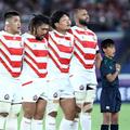 試合前に国歌を斉唱するリーチ(右から2人目)ら。エスコートキ