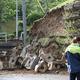 地震の影響で崩落した駐車場ののり面(新潟県村上市。時事通信フォト)