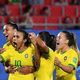 女子サッカーW杯フランス大会、グループC、イタリア対ブラジル。チームメートに祝福されるブラジルのマルタ(左から2人目、2019年6月18日撮影)。(c)Philippe HUGUEN / AFP