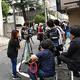 吉本興業東京本部の前には大勢の報道陣が集まった(撮影・柴田隆二)