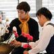 カーネーションを生ける馬場さん(左)と小杉さん=京都市中京区の池坊会館で2021年5月7日午前11時9分、千金良航太郎撮影