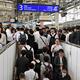 乗降客で混雑するJR武蔵小杉駅の横須賀線ホーム。エスカレーターの故障で2カ所の階段しか使えなくなった=2019年10月15日午前7時44分、川崎市中原区、大平要撮影