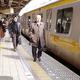 JR飯田橋駅のホーム。線路がカーブしている部分にあり、電車との隙間が最大33センチ空いている=2003年撮影