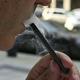 電子たばこを吸う男性(2019年9月12日撮影、資料写真)。(c)EVA HAMBACH / AFP