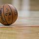 米プロバスケットボール協会(NBA)の試合で、コートに置かれたボール(2015年12月25日撮影、資料写真)。(c)Scott Halleran/Getty Images/AFP