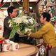 関西テレビ「おかべろ」の緊急企画「岡村隆史結婚スペシャル」で今田耕司(左)から花束を贈られる岡村隆史